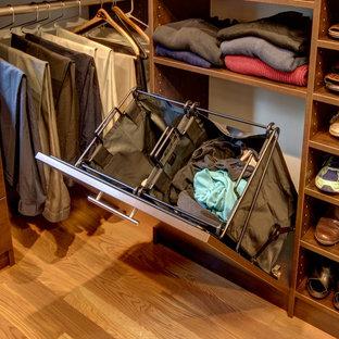 Foto de armario vestidor unisex, tradicional, grande, con armarios con paneles lisos, puertas de armario de madera en tonos medios, suelo de madera en tonos medios y suelo marrón