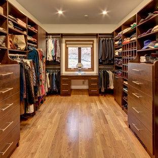 Modelo de armario vestidor unisex, tradicional, grande, con armarios con paneles lisos, puertas de armario de madera en tonos medios, suelo de madera en tonos medios y suelo beige