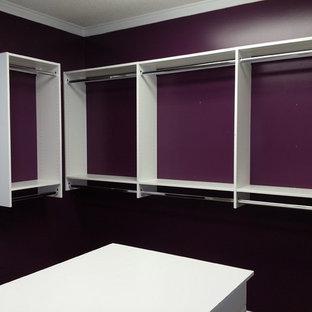Imagen de armario vestidor unisex, clásico, grande, con armarios con paneles lisos, puertas de armario blancas y moqueta