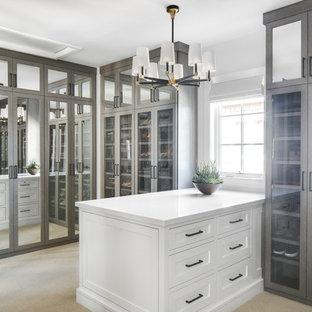 Imagen de vestidor unisex, marinero, con armarios tipo vitrina, moqueta, suelo beige y puertas de armario grises