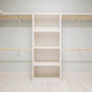 Ejemplo de armario vestidor unisex, de estilo americano, de tamaño medio, con suelo de baldosas de cerámica y suelo blanco