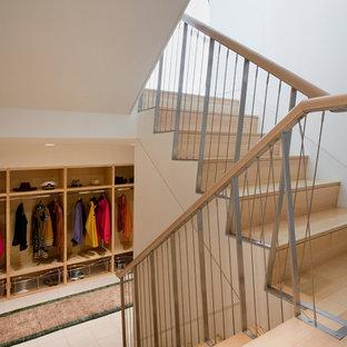 Foto de armario vestidor unisex, actual, grande, con armarios abiertos, puertas de armario de madera clara y suelo de baldosas de cerámica