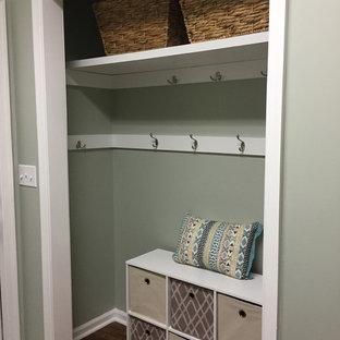 Immagine di un piccolo armadio o armadio a muro unisex stile marinaro con nessun'anta, ante bianche e pavimento in legno massello medio