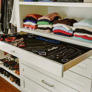 Modelo de armario y vestidor unisex, clásico, de tamaño medio, con armarios con paneles empotrados, puertas de armario blancas y suelo de corcho