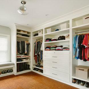 На фото: гардеробная комната среднего размера, унисекс в классическом стиле с фасадами с утопленной филенкой, белыми фасадами и пробковым полом