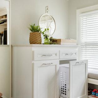 Imagen de armario vestidor unisex, tradicional, de tamaño medio, con armarios con paneles empotrados, puertas de armario blancas y suelo de corcho
