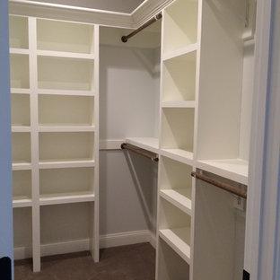 Diseño de armario vestidor de estilo americano con puertas de armario blancas y moqueta