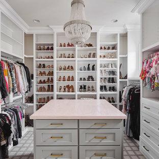 Ejemplo de vestidor de mujer, de estilo de casa de campo, grande, con puertas de armario blancas, moqueta, suelo gris y armarios abiertos