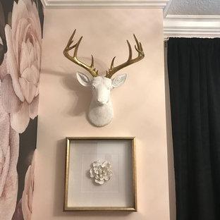 Ejemplo de vestidor de mujer, romántico, de tamaño medio, con armarios con paneles lisos, puertas de armario blancas, suelo de madera oscura y suelo marrón