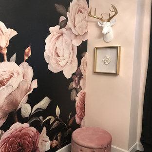 Imagen de vestidor de mujer, romántico, de tamaño medio, con armarios con paneles lisos, puertas de armario blancas, suelo de madera oscura y suelo marrón
