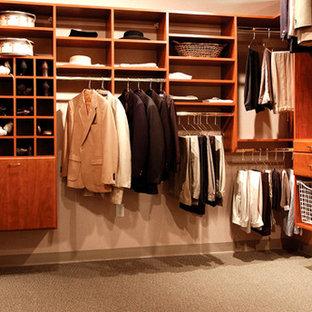 Idéer för ett mellanstort klassiskt walk-in-closet för könsneutrala, med släta luckor, skåp i mellenmörkt trä och heltäckningsmatta