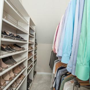 Diseño de armario vestidor unisex, minimalista, grande, con puertas de armario blancas, moqueta y suelo blanco