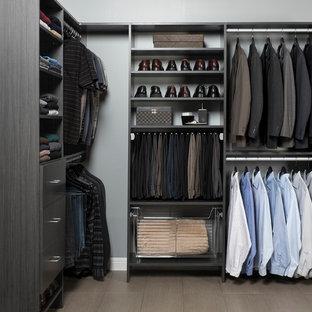 Idéer för att renovera ett mellanstort funkis walk-in-closet för män, med släta luckor och skåp i mörkt trä