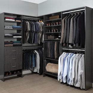 Foto di uno spazio per vestirsi minimalista di medie dimensioni con ante lisce e ante grigie