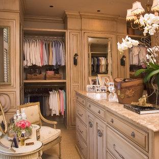 他の地域の女性用トラディショナルスタイルのおしゃれなフィッティングルーム (レイズドパネル扉のキャビネット、ベージュのキャビネット) の写真