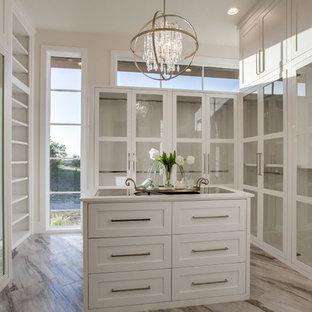 Foto de armario vestidor unisex, clásico renovado, extra grande, con armarios estilo shaker, puertas de armario blancas, suelo de baldosas de porcelana y suelo marrón