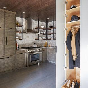 Modelo de armario de hombre, urbano, pequeño, con armarios con paneles lisos, puertas de armario grises, suelo de madera en tonos medios y suelo gris