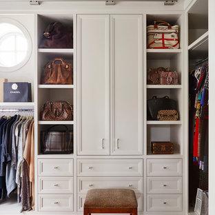 Klassisches Ankleidezimmer mit Ankleidebereich, Schrankfronten mit vertiefter Füllung, beigen Schränken und braunem Holzboden in Chicago