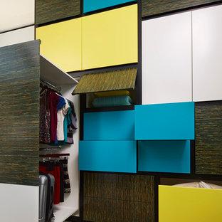 Idéer för mellanstora funkis klädskåp för könsneutrala, med släta luckor, heltäckningsmatta och brunt golv