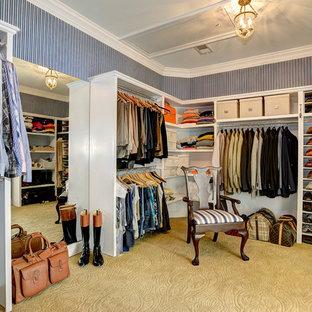 Modelo de armario vestidor de hombre, clásico, con armarios abiertos, moqueta y puertas de armario blancas