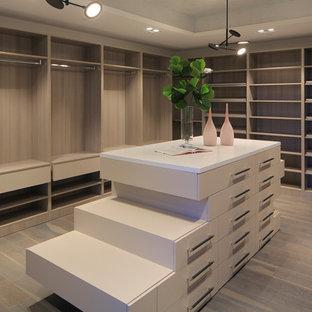 Diseño de armario vestidor unisex, minimalista, grande, con armarios abiertos, puertas de armario beige, suelo de madera oscura y suelo gris