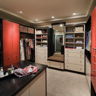 Modernes Ankleidezimmer mit roten Schränken in Sonstige