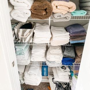 Ejemplo de armario y vestidor unisex, romántico, pequeño