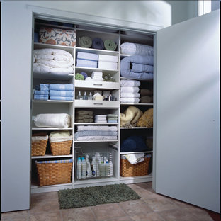 Modelo de armario unisex, contemporáneo, de tamaño medio, con suelo de baldosas de cerámica, armarios abiertos y puertas de armario blancas