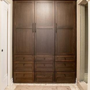 Foto de armario unisex, pequeño, con armarios estilo shaker, puertas de armario de madera oscura, suelo de mármol y suelo beige