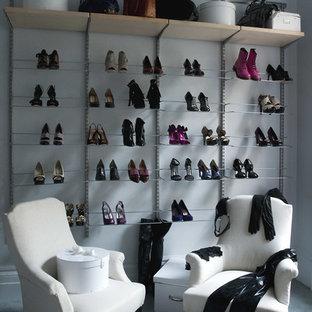 Esempio di uno spazio per vestirsi per donna minimal con nessun'anta e moquette