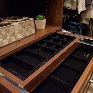 Imagen de armario y vestidor unisex, tradicional, con armarios abiertos, puertas de armario de madera en tonos medios, moqueta y suelo beige