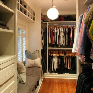 Diseño de armario vestidor unisex, tradicional renovado, grande, con armarios con paneles empotrados, puertas de armario blancas y suelo de madera en tonos medios