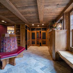 Großer, Neutraler Uriger Begehbarer Kleiderschrank mit Schrankfronten im Shaker-Stil, hellbraunen Holzschränken, Schieferboden und grauem Boden in Boston