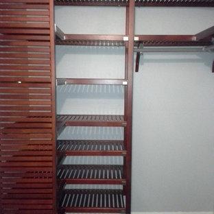 Imagen de armario vestidor unisex, tradicional, de tamaño medio, con armarios con puertas mallorquinas y puertas de armario de madera en tonos medios