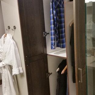 Idéer för mellanstora funkis omklädningsrum för könsneutrala, med skåp i shakerstil, bruna skåp, klinkergolv i terrakotta och vitt golv