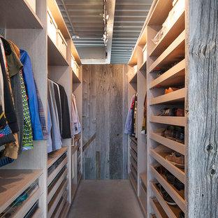 Esempio di una cabina armadio unisex industriale di medie dimensioni con nessun'anta e ante in legno chiaro