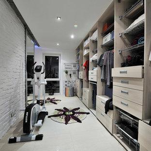 Foto de armario vestidor contemporáneo con armarios con paneles lisos y puertas de armario de madera clara