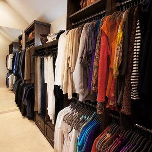 Imagen de armario vestidor unisex, clásico, de tamaño medio, con armarios estilo shaker, puertas de armario de madera en tonos medios y suelo de piedra caliza