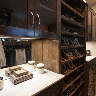 ダラスの中くらいの男女兼用トラディショナルスタイルのおしゃれなウォークインクローゼット (シェーカースタイル扉のキャビネット、濃色木目調キャビネット、ライムストーンの床) の写真