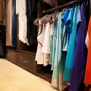 Mittelgroßer, Neutraler Klassischer Begehbarer Kleiderschrank mit Schrankfronten im Shaker-Stil, dunklen Holzschränken und Kalkstein in Dallas