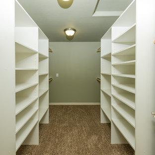 Ejemplo de armario vestidor unisex, clásico renovado, grande, con moqueta
