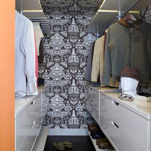 Exemple d'un dressing tendance pour un homme avec un placard à porte plane et des portes de placard blanches.