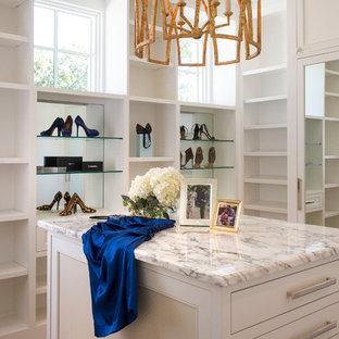Imagen de armario vestidor de mujer, mediterráneo, de tamaño medio, con armarios con paneles empotrados, puertas de armario blancas, suelo de madera clara y suelo beige