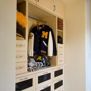 Modelo de armario y vestidor tradicional renovado, de tamaño medio, con suelo de piedra caliza y puertas de armario beige