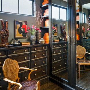 Imagen de armario y vestidor bohemio con armarios con paneles empotrados, puertas de armario de madera en tonos medios, suelo de madera oscura y suelo marrón