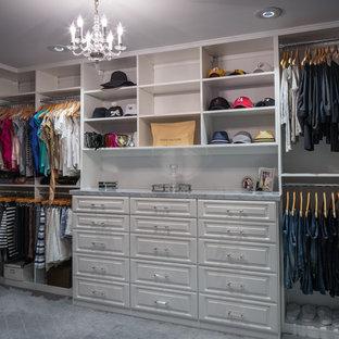 Imagen de armario vestidor unisex, de estilo americano, de tamaño medio, con puertas de armario blancas, moqueta y armarios con paneles con relieve