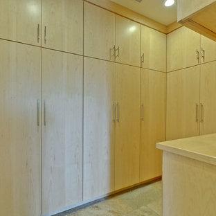 Großes, Neutrales Mid-Century Ankleidezimmer mit Ankleidebereich, flächenbündigen Schrankfronten, hellen Holzschränken, Schieferboden und beigem Boden in San Francisco
