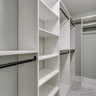 Mittelgroßer, Neutraler Klassischer Begehbarer Kleiderschrank mit offenen Schränken, weißen Schränken und Porzellan-Bodenfliesen in Sonstige
