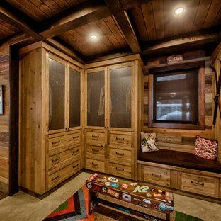 Imagen de vestidor unisex, rural, grande, con armarios con paneles empotrados, puertas de armario de madera clara y suelo de cemento