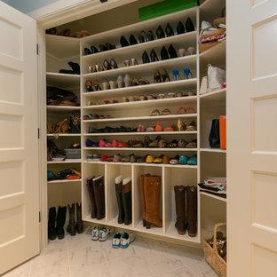 Diseño de armario de mujer, tradicional, con armarios abiertos, puertas de armario blancas y suelo de baldosas de cerámica
